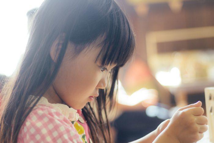 遊びに集中する少女
